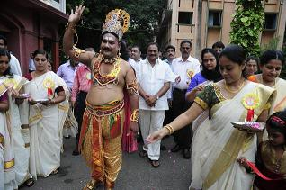 http://www.indovacations.net/english/images/kerala_onam.jpg